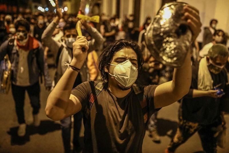Ciudadanos salieron a las calles de Lima, el 11 de noviembre, para manifestar su desacuerdo con la moción de vacancia contra el presidente Martín Vizcarra. Credit Marlos Flores/EPA vía Shutterstock