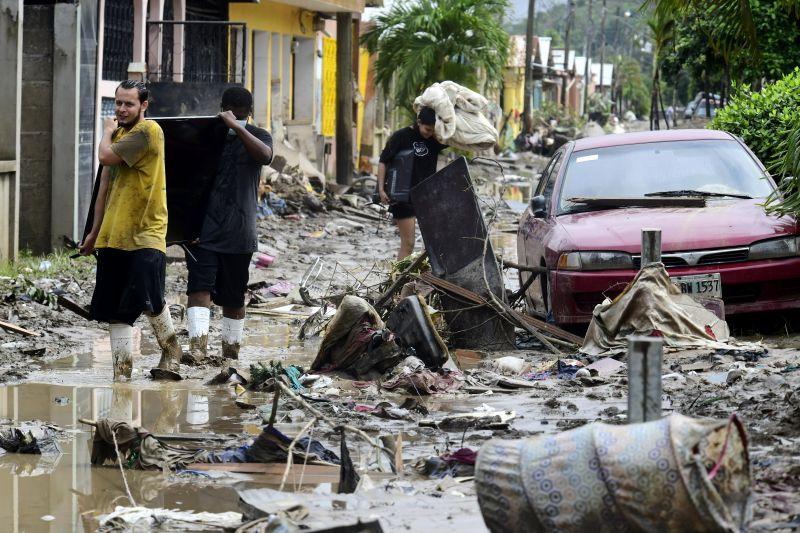 Una calle cubierta de barro y escombros dejados por el Huracán Iota en la Colonia Celeo Gonzales, el 21 de noviembre de 2020, en San Pedro Sula, Honduras. (Yoseph Amaya/Getty Images)
