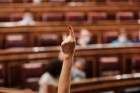 Una diputada marca, con su dedo, el sentido del voto de su partido en el Congreso de los Diputados.EUROPA PRESS/J. Hellín. POOL / Europa Press