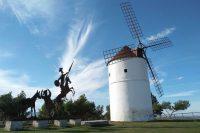 Un molino de viento junto a un perfil metálico de Don Quijote, cerca de Almodóvar del Campo (Ciudad Real). FEDERICO GRANDE PINILLA
