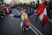 Un grupo de manifestantes se reúne en la plaza San Martín, en Lima, Perú, después de que el Congreso designó al nuevo presidente interino, Francisco Sagasti, para dirigir la nación el lunes 16 de noviembre de 2020. (Rodrigo Abd/AP Photo)