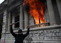 Un manifestante gesticula luego de prender fuego a una oficina del edificio del Congreso durante una protesta en Ciudad de Guatemala, el 21 de noviembre de 2020. (Johan ORDONEZ / AFP)