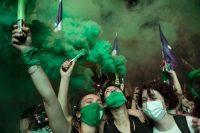 Argentinas a favor de la legalización del aborto celebran la votación del Senado en la madrugada del 30 de diciembre. Credit Ricardo Ceppi/Getty Images