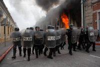 La Policía antidisturbios afuera del edificio del Congreso en Ciudad de Guatemala, el 21 de noviembre de 2020. (AP Photo/Oliver De Ros)