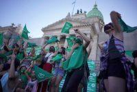 Activistas a favor de los derechos del aborto se congregan en las afueras del Palacio del Congreso de la Nación en Buenos Aires, Argentina, el 17 de diciembre de 2020. (Victor R. Caivano/AP Photo)