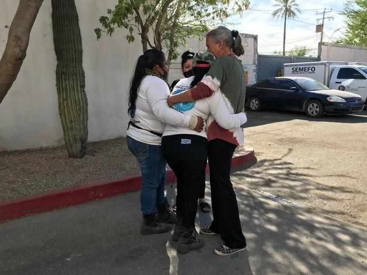 Las madres del Colectivo Buscadoras por la Paz Sonora abrazando a Cecilia ante el Servicio medico legal tras reconocer a su hijo. Colectivo Buscadoras por la Paz Sonora., CC BY-SA