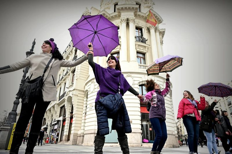 Una cadena de mujeres rodea el centro de Madrid en febrero de este año para empezar los preparativos de la marcha del 8 de marzo. Credit Fernando Villar/EPA vía Shutterstock