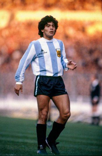 Diego Maradona en 1980. Jugó en cuatro mundiales y fue entrenador de la selección argentina. También era conocido por sus problemas con las drogas. Credit Mark Leech/Getty Images
