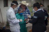 Varios médicos atienden a una anciana en México en julio.Monica Gonzalez