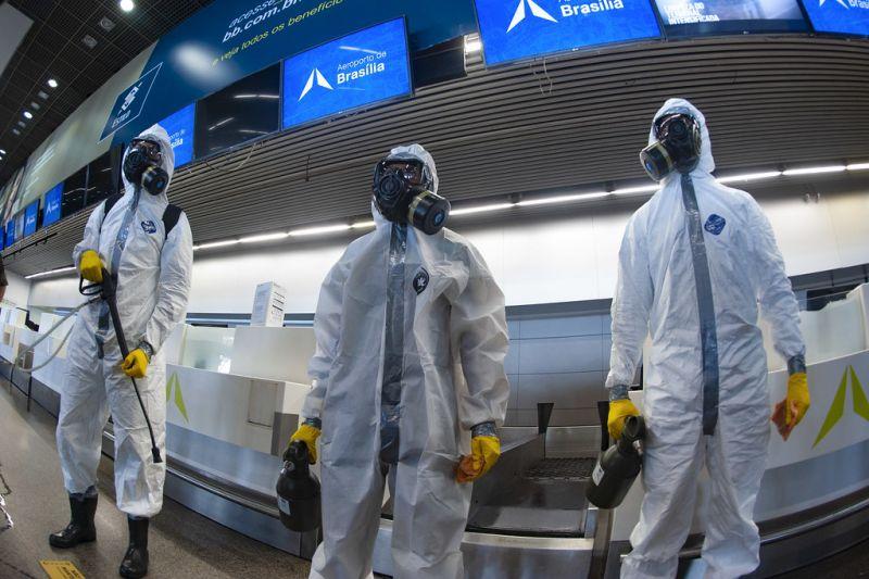Militares del Comando Conjunto de Planalto realiza la desinfección del Aeropuerto Internacional de Brasilia (Brasil) en abril de 2020. Foto: Leopoldo Silva/Agência Senado - Senado Federal