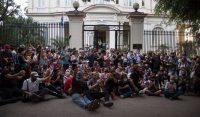 Cientos de artistas y jóvenes cubanos se reunieron a finales de noviembre frente al Ministerio de Cultura para reclamar al gobierno por la ola de represión contra el Movimiento San Isidro. Credit Ismael Francisco/Associated Press