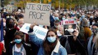 """Una mujer sostiene un cartel en el que se puede leer """"Soy profesora"""" durante una de las manifestaciones celebradas en Francia en repulsa por el asesinato de Samuel Paty. Reuters"""