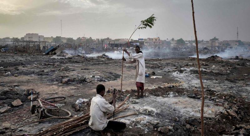 Camp de réfugiés ravagé par le feu. Bamako, avril 2020. — © AFP