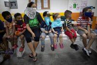 Niños ven una obra de teatro en Caracas, Venezuela, el 4 de noviembre de 2020. (Ariana Cubillos/AP Photo)