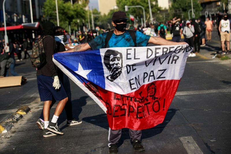 Un manifestante sostiene una bandera durante una protesta contra el presidente de Chile, Sebastián Piñera, en el centro de Santiago.Alberto Valdes / EFE