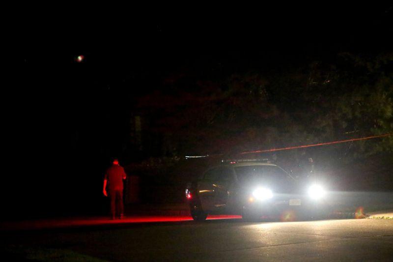 La policía afuera de la casa de la jueza Esther Salas en Nueva Jersey tras el tiroteo que causó la muerte de su hijo Daniel. Credit Yana Paskova para The New York Times