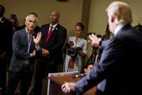 Jorge Ramos hace una pregunta antes de ser expulsado de una conferencia de prensa de Trump en 2015. Credit Ben Brewer/Reuters