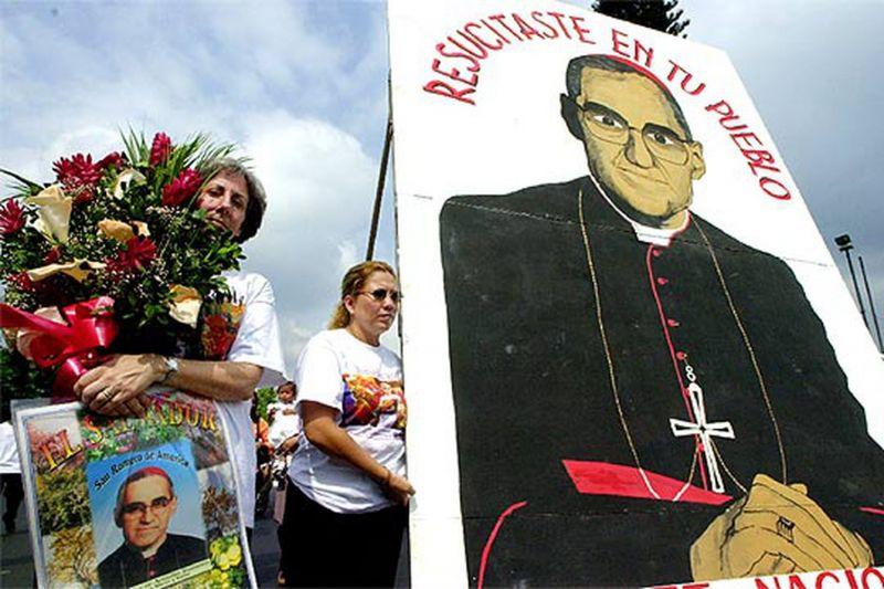 Un grupo de fieles conmemora, en San Salvador, el 25 aniversario del asesinato de Óscar Arnulfo Romero.AP