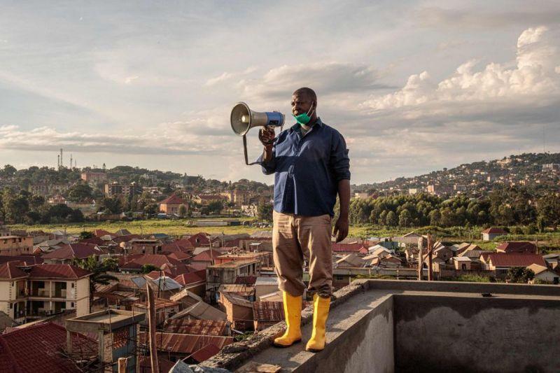 A Kampala, en Ouganda, un représentants des autorités lance un appel sur les gestes barrière et les mesures à adopter pour réduire la propagation du Covid-19, le 24 mars. Photo Badru Katumba. AFP