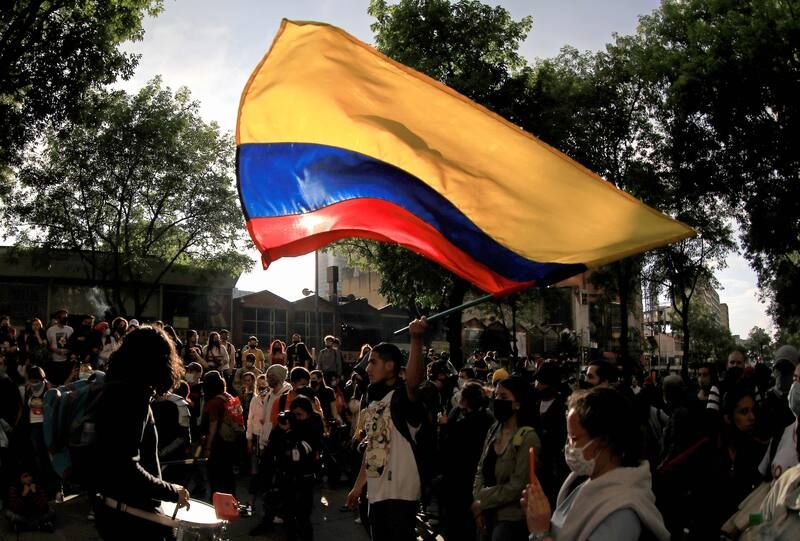 Un hombre agita una bandera colombiana durante una protesta contra el gobierno en Bogotá, Colombia, el 21 de noviembre de 2020. (Daniel Muñoz/AFP vía Getty Images) (Daniel Munoz/AFP/Getty Images)