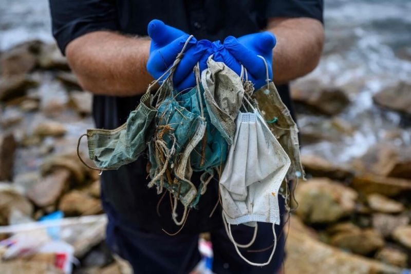 Cubrebocas encontrados en la isla de Lantau en Hong Kong en la primavera de 2020. Credit Anthony Wallace/Agence France-Presse — Getty Images