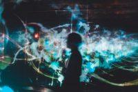 Figura humana delante de pantallas digitales. TeamLab Japan (Tokio, Japón). Foto: Su San Lee (@blackodc)