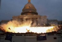 Una explosión causada por una munición policial mientras los partidarios del presidente de los Estados Unidos, Donald Trump, se reúnen frente al edificio del Capitolio en Washington, el 6 de enero de 2021. (REUTERS/Leah Millis)