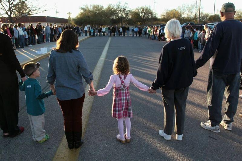 Un minuto de silencio en la escuela primaria de Tucson, Arizona, para conmemorar a Christina-Taylor Green, quien fue asesinada en un evento organizado por la oficina de la legisladora Gabrielle Giffords en enero de 2011. Credit John Moore/Getty Images