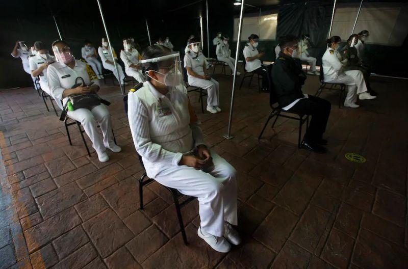 Los trabajadores de la salud del Ejército mexicano esperan ser vacunados contra COVID-19 en el Hospital Militar Central de Ciudad de México, el martes 29 de diciembre de 2020. (Marco Ugarte/AP Photo)