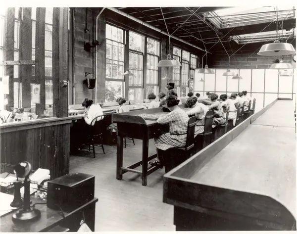 Las chicas del radio trabajando en una fábrica de United States Radium Corporation (hacia 1922). Wikimedia Commons