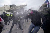 Enfrentamientos entre las fuerzas de seguridad y los manifestantes frente al Capitolio. Julio Cortez / AP