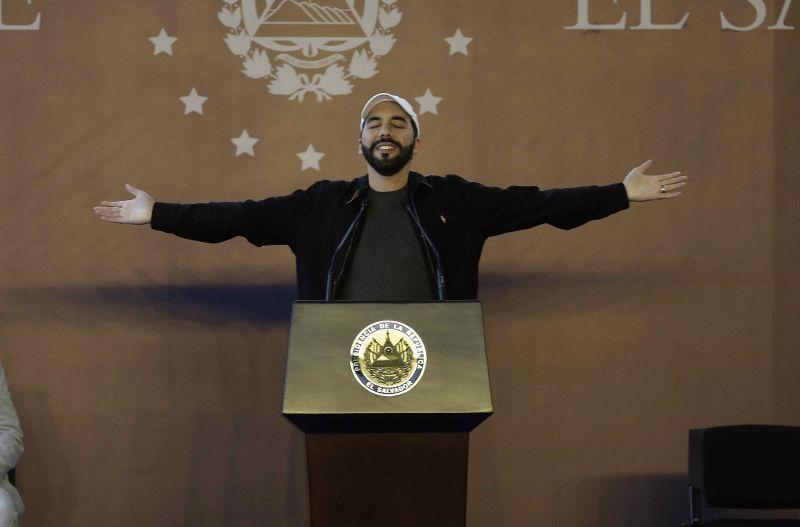 El presidente de El Salvador, Nayib Bukele, pronuncia un discurso en una escuela local en Meanguera, El Salvador, el 17 de diciembre de 2020. (Miguel Lemus/EPA-EFE/Shutterstock)