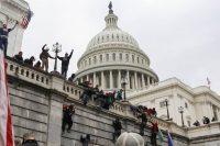 Los partidarios del presidente de Estados Unidos, Donald Trump, trepan a las paredes del Capitolio de ese país en Washington, el 6 de enero de 2021. (REUTERS/Jim Urquhart)