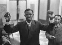 Patrice Lumumba bandages aux poignets
