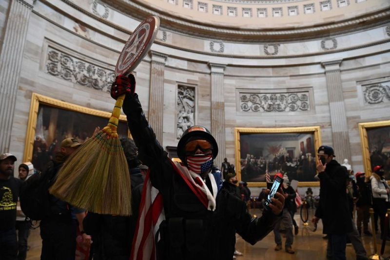 Des partisans de Donald Trump dans la rotonde du Capitole américain, à Washington, mercredi. Photo Saul Loeb. Afp
