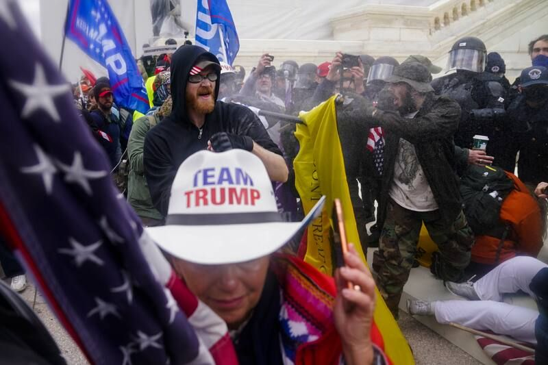 Simpatizantes del presidente de Estados Unidos, Donald Trump, intentan romper una barrera policial el 6 de enero de 2021, en el Capitolio en Washington, D.C. (AP Photo/John Minchillo)