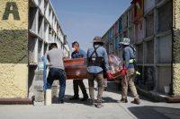 Trabajadores del panteón municipal de Nezahualcóyotl, en México, cargan el ataúd de una mujer que murió por el coronavirus. Credit Henry Romero/Reuters