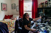 Rodeada de cajas de archivos de su oficina cerrada, Aimee Rae Hannaford, cofundadora y directora ejecutiva de Hook 42, trabaja en su habitación en Castro Valley, California, el 13 de mayo de 2020. (Melina Mara/The Washington Post)
