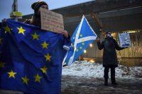 Des militants indépendantistes écossais manifestant contre le Brexit devant le Parlement d'Edimbourg, le 31 décembre. Photo AFP