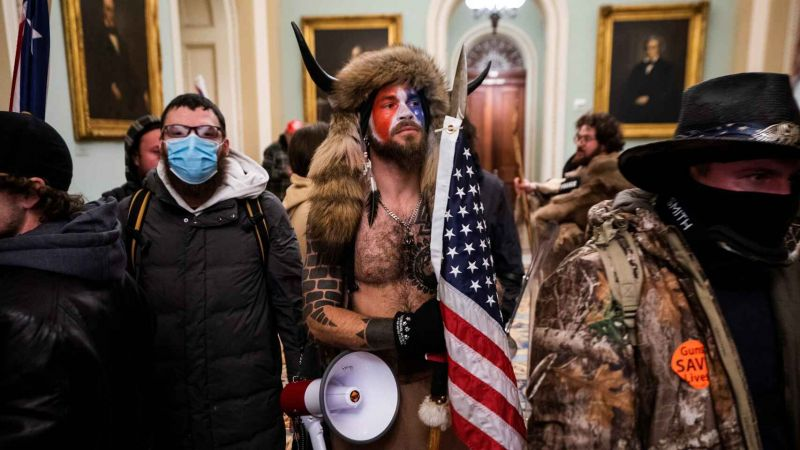 Los seguidores de Donald Trump asaltando el Capitolio, con Jake Angeli en el centro. EFE