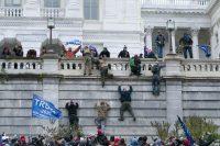 Partidarios de Donald Trump escalan la pared oeste del Capitolio de Estados Unidos, en Washington (EE UU).Jose Luis Magana / AP