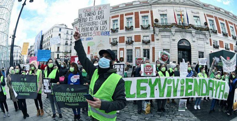 Varios activistas de la Coordinadora de Vivienda de Madrid se concentran el pasado martes en la madrileña Puerta del Sol para solicitar la paralización de los desahucios. EFE