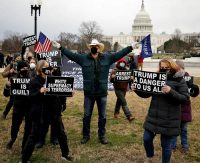 Manifestantes pro y antiTrump frente al Capitolio en Washington. CARLOS BARRIA / Reuters