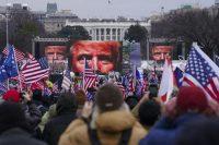 Des partisans de Trump lors d'un rassemblement de soutien devant la Maison Blanche, mercredi à Washington. Photo John Minchillo. AP