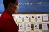 Distintas traducciones de los libros del presidente chino Xi Jinping, en un encuentro sobre importación y exportación en Shanghai en 2020.ALY SONG / Reuters