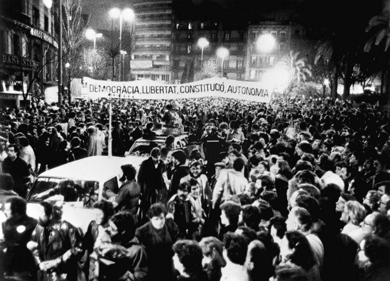 """Vista general de la manifestación que, bajo el lema """"Democracia, Libertad, Constitución y Autonomía"""", se celebró por las calles de Barcelona en repulsa por el 23-F.EL PAÍS"""