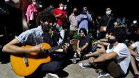 Varios jóvenes cantan durante una protesta pacífica frente al Ministerio de Cultura en La Habana. Ernesto Mastrascusa / EFE