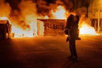 Un par de jóvenes en una protesta en contra del arresto de Pablo Hasél en Barcelona. Credit Emilio Morenatti/Associated Press