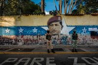 Soldados resguardan un centro de votación vacío en Venezuela. Credit Adriana Loureiro Fernandez para The New York Times