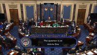 En esta imagen de un video del Senado de Estados Unidos, se puede ver la votación final total de 57 a 43 para absolver al expresidente estadounidense Donald Trump por incitación a la insurrección, el 13 de febrero de 2021. (Televisión del Senado via AP) (AP)